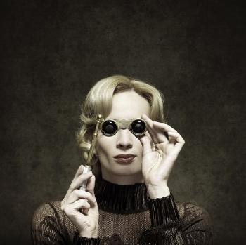 Lady_with_opera_glasses_yoh_blog.jpg